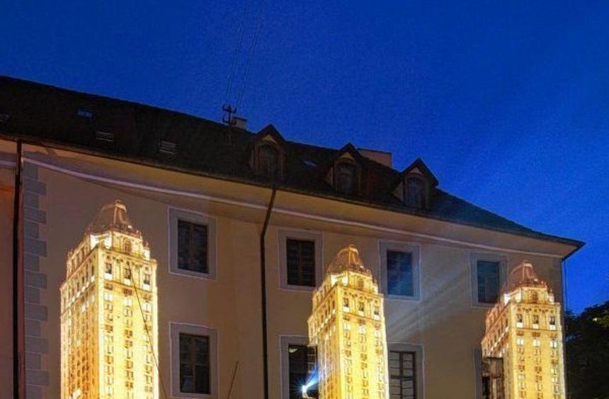Hochhäuser auf den Fassaden rund um den Schlosspark geben der Ausstellung den Rahmen.