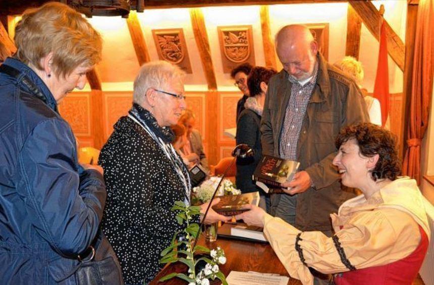 Anne Grießer, in Walldürn geborene Krimiautorin, bei einer Lesung im Bürgersaal. Auf ihren ...