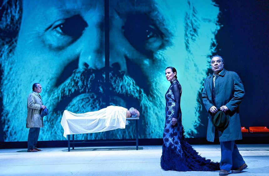Der Tod des Sokrates: Szenenbild aus dem Satie-Abend des Theaters Heilbronn mit Johannes Bahr, ...