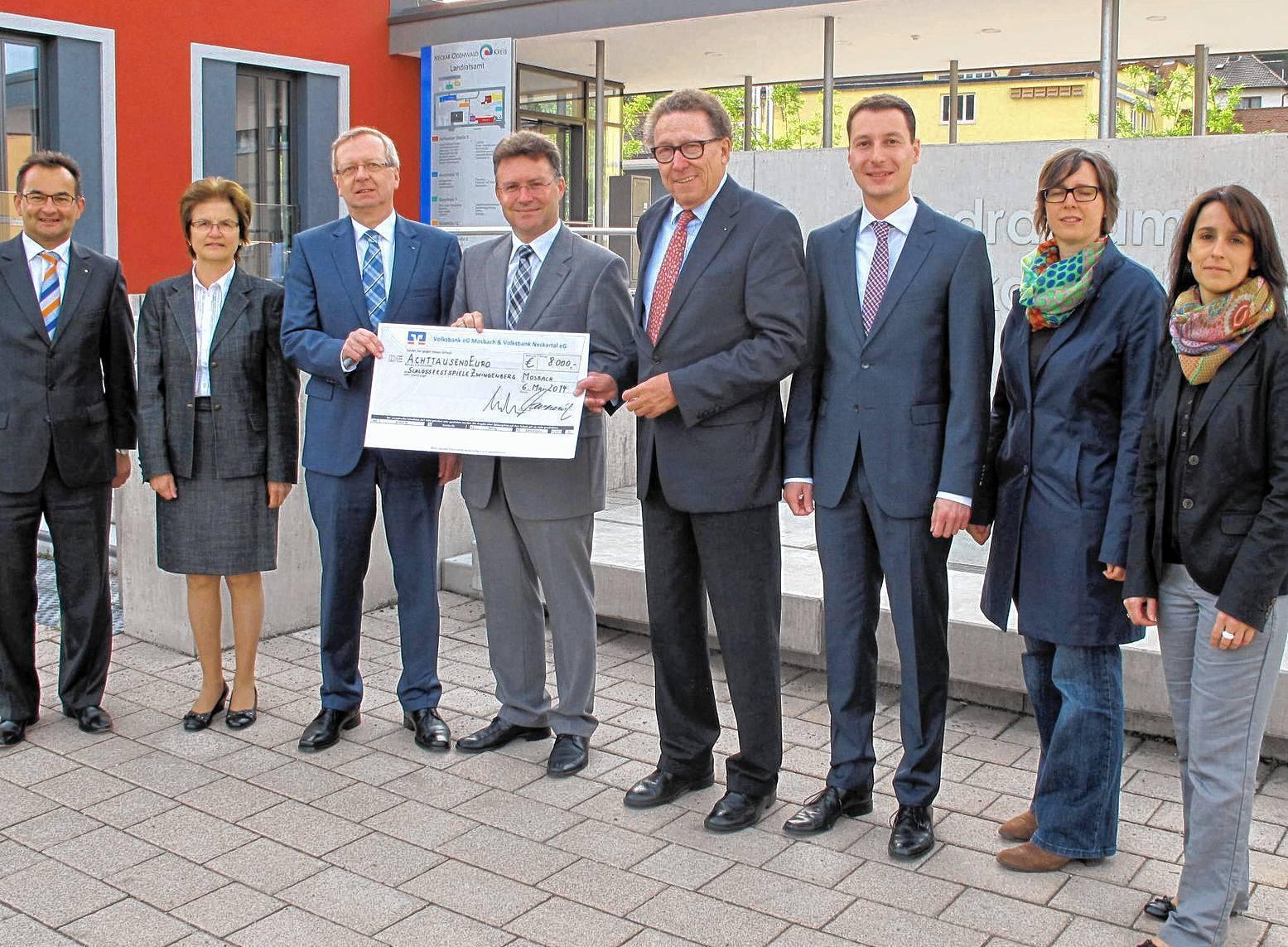 Die Volksbanken Mosbach und Neckartal unterstützen die Zwingenberger Schlossfestspiele mit einer Geldspende in Höhe von 8000 Euro.