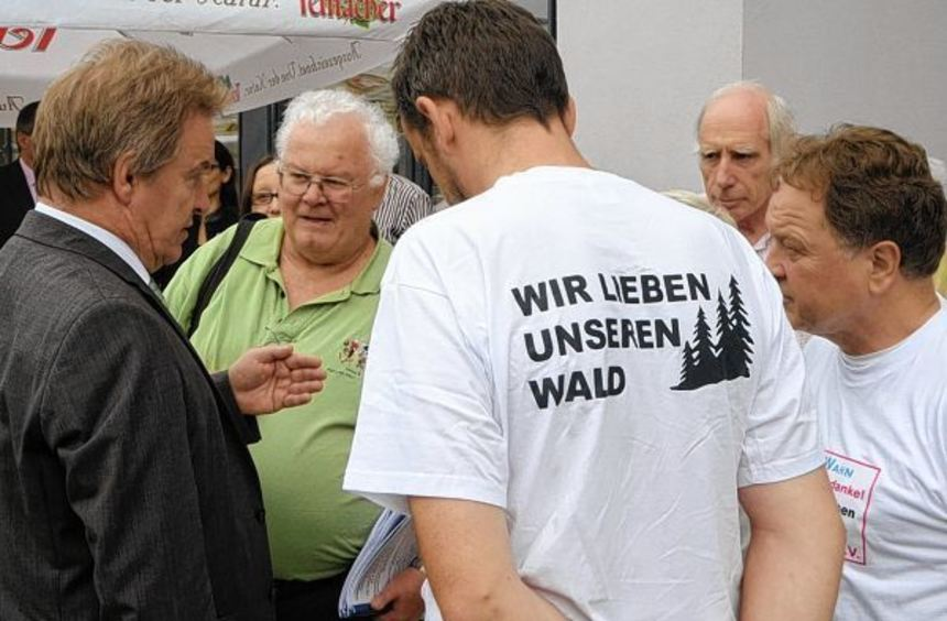Gegenwind-Bürgerinitiativen nutzen die Veranstaltung, um eine Resolution an Umweltminister Franz ...