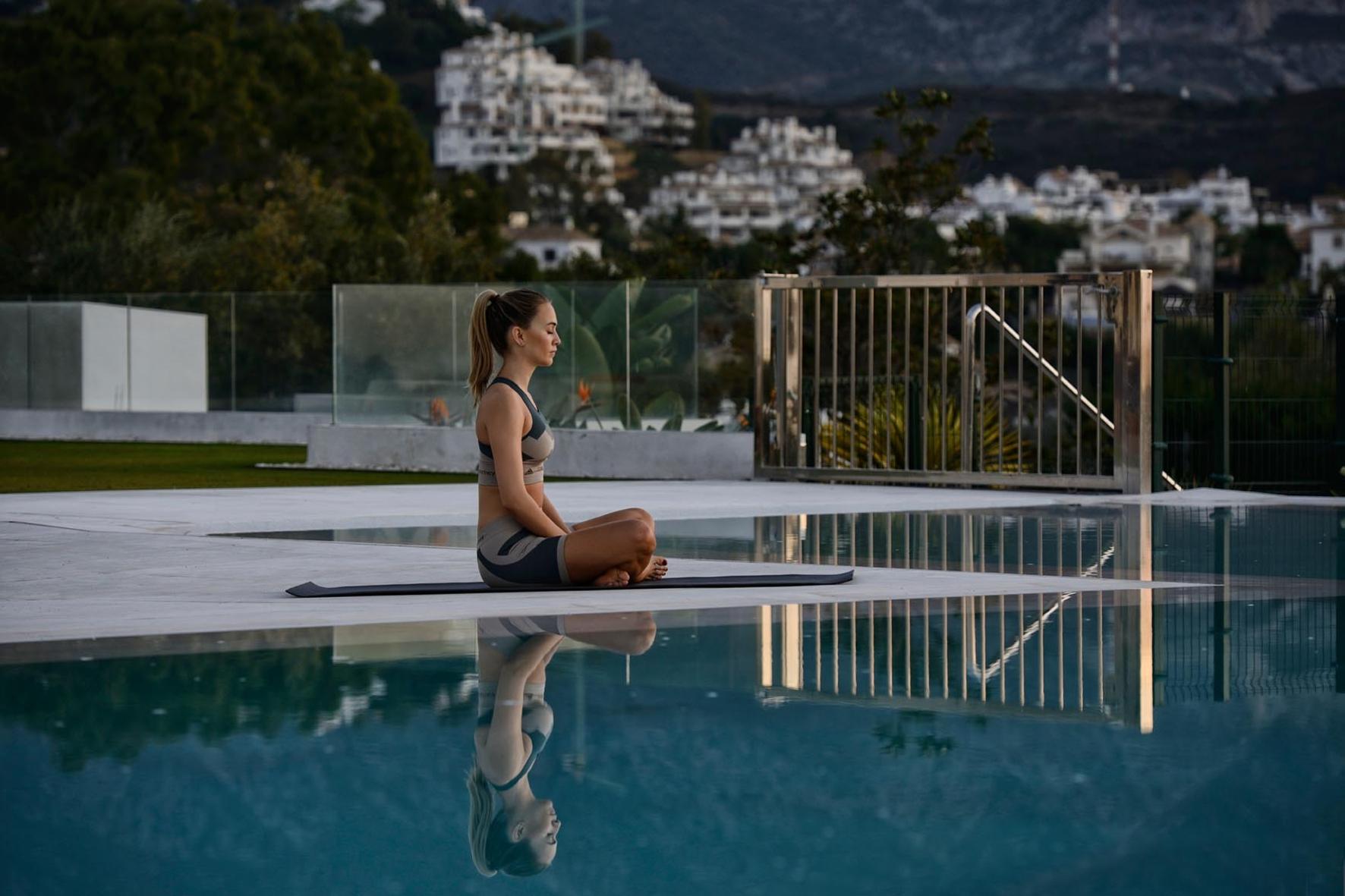 mid Groß-Gerau - Yoga mit Jorda: Die spanische Rennfahrerin Carmen Jorda ist das hübsche Gesicht der neuen Werbekampagne von Reifenhersteller Vredestein.