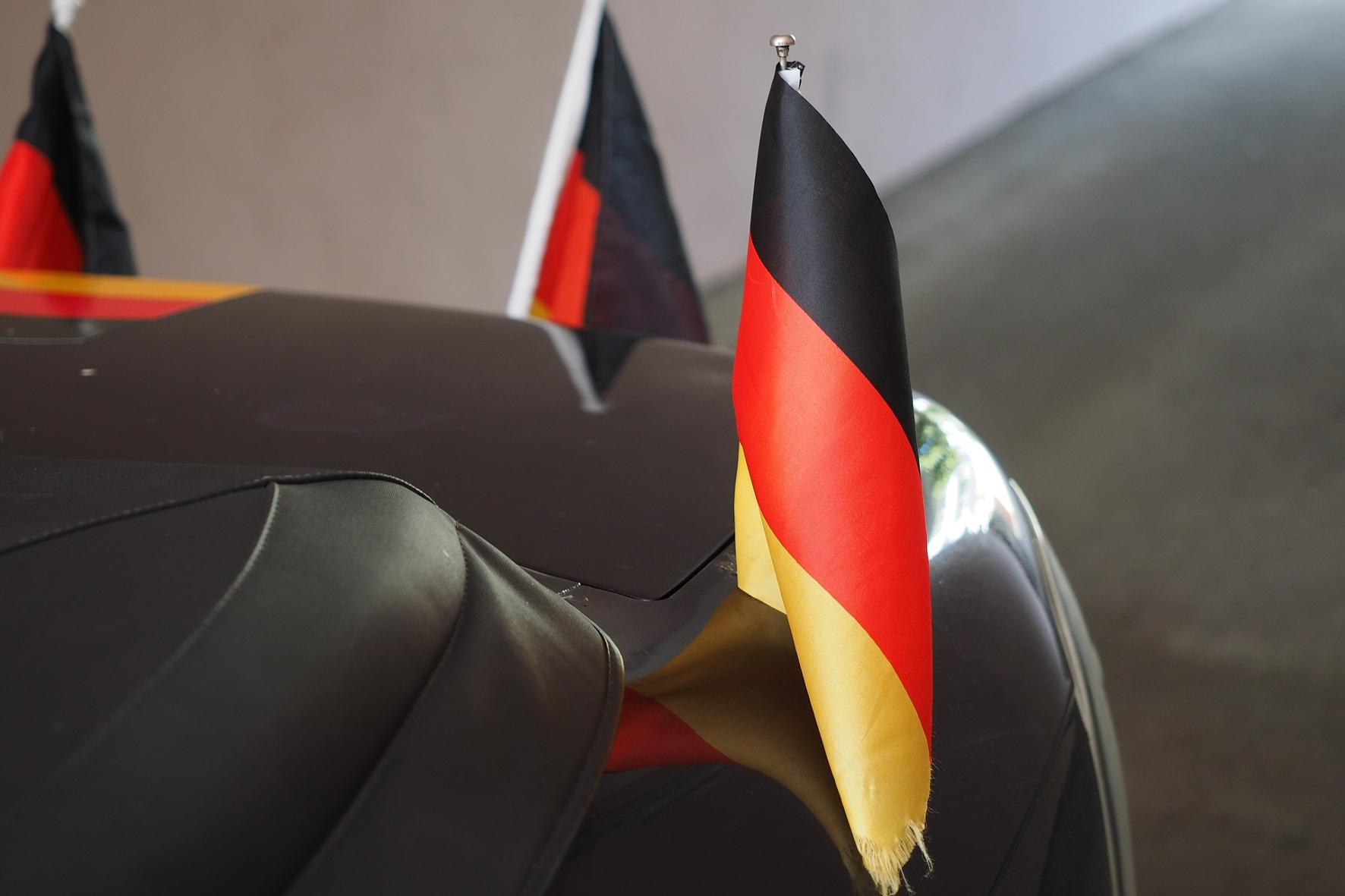 mid Groß-Gerau - Wer sein Auto zur Fußball-EM in ein Deutschland-Outfit hüllt, muss darauf achten, dass er die Verkehrssicherheit damit nicht gefährdet.