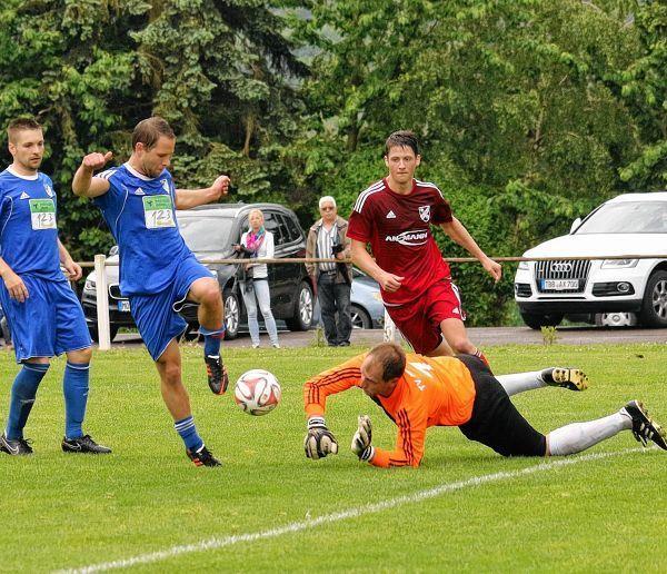 Trotz vereinter Kräfte gelang es dem TV Hardheim (in den blauen Trikots, am Boden Torhüter Dominik Ebert) nicht, in Götzingen zu gewinnen. Deshalb muss der TVH am kommenden Freitag in die Abstiegsrelegation.