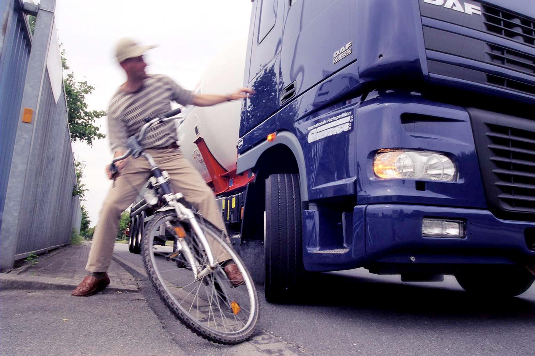 mid Groß-Gerau - Radfahrer und Fußgänger werden häufig von abbiegenden Lkw übersehen, was zu schwersten Unfällen führt. Abhilfe verspricht der Totwinkelwarner für Lkw.