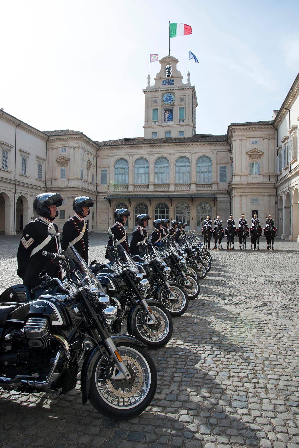 mid Groß-Gerau - Stillgestanden: Die Corazzieri, die Ehrengarde des italienischen Präsidenten, ist künftig auf der Moto Guzzi California 1400 Touring im Einsatz.