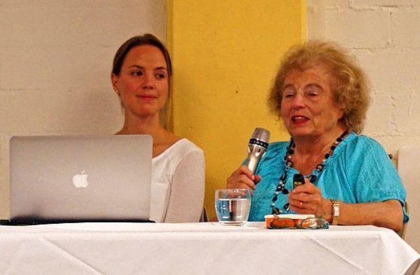Die heute fast 80-jährige Liesel Binzer (hier im Bild mit der sie begleitenden Marina Müller) ...