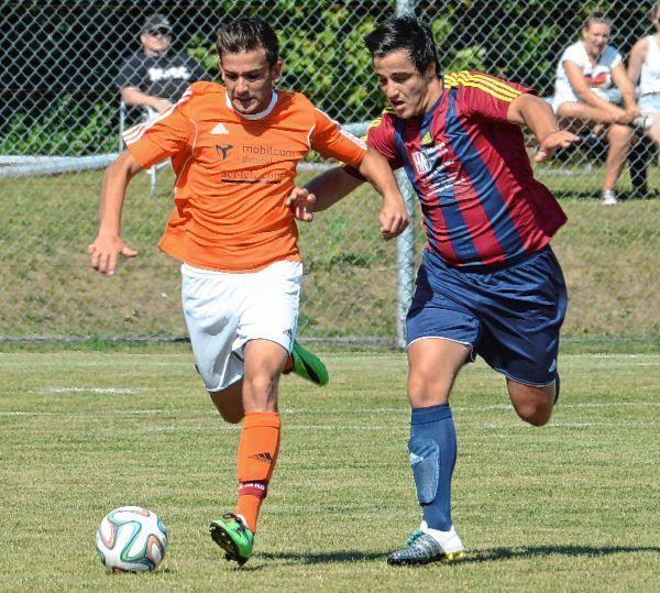 In der Partie FC Hettingen (in orangefarbenen Trikots) gegen SV Schlierstadt schenkten sich die Akteure auf dem Platz nichts. Mit diesem Einsatz soll es aus Sicht des SVS auch im nächsten Auswärtsspiel in Höpfingen wieder klappen.