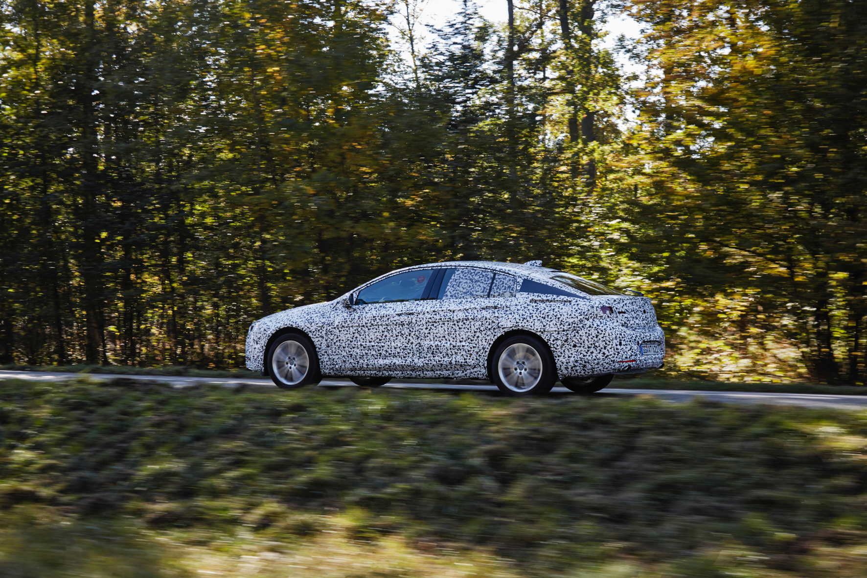 mid Groß-Gerau - Auf geheimer Mission in der Eifel: der Opel Insignia Grand Sport bei der finalen Erprobung im Tarn-Outfit.