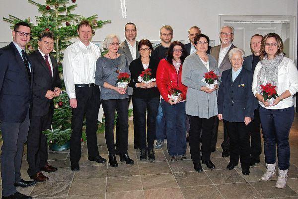 Neben der Ehrennadel gab es für die anwesenden Spenderinnen den obligatorischen Weihnachtsstern und ...