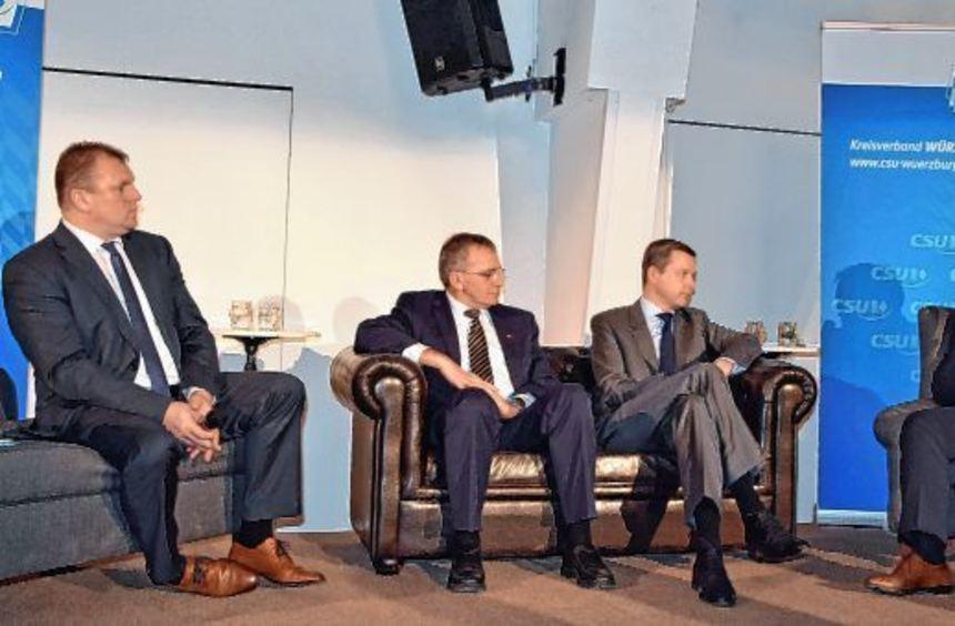 Trugen zu einer kurzweiligen und interessanten Diskussionsrunde bei: (von links) Moderator und ...