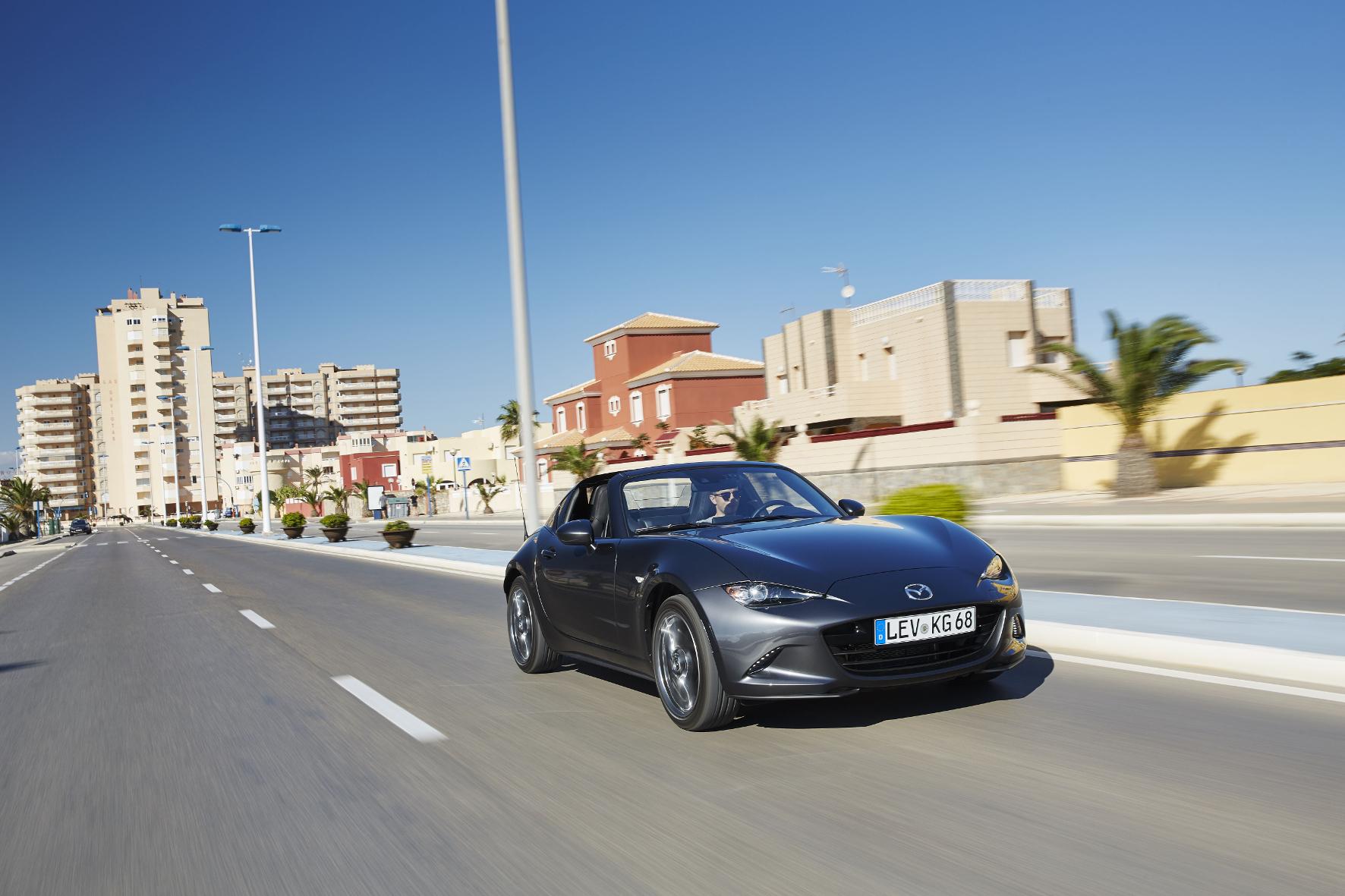 mid Barcelona - Der Kultroadster als Targa: Den Mazda MX-5 gibt es jetzt als RF auch mit Klappdach und feststehender B-Säule.