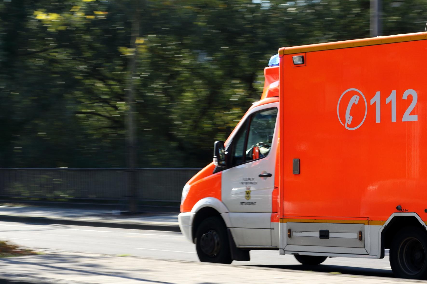 mid Groß-Gerau - Krankenwagen müssen lautstark auf sich aufmerksam machen, damit Fahrer rechtzeitig die Fahrbahn freimachen können. Ein schwedisches Projekt will sich dazu jetzt zusätzlich das Autoradio zunutze machen.
