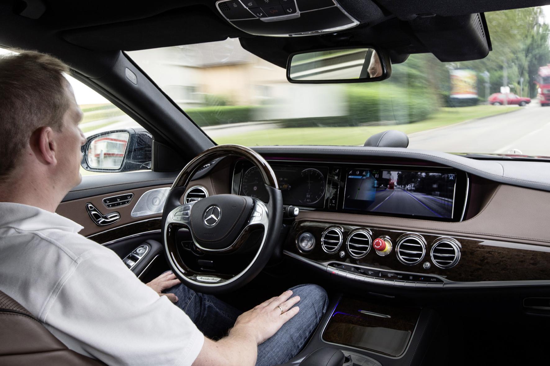 mid Groß-Gerau - Deutsche Autofahrer stehen autonom fahrenden Autos eher skeptisch gegenüber.