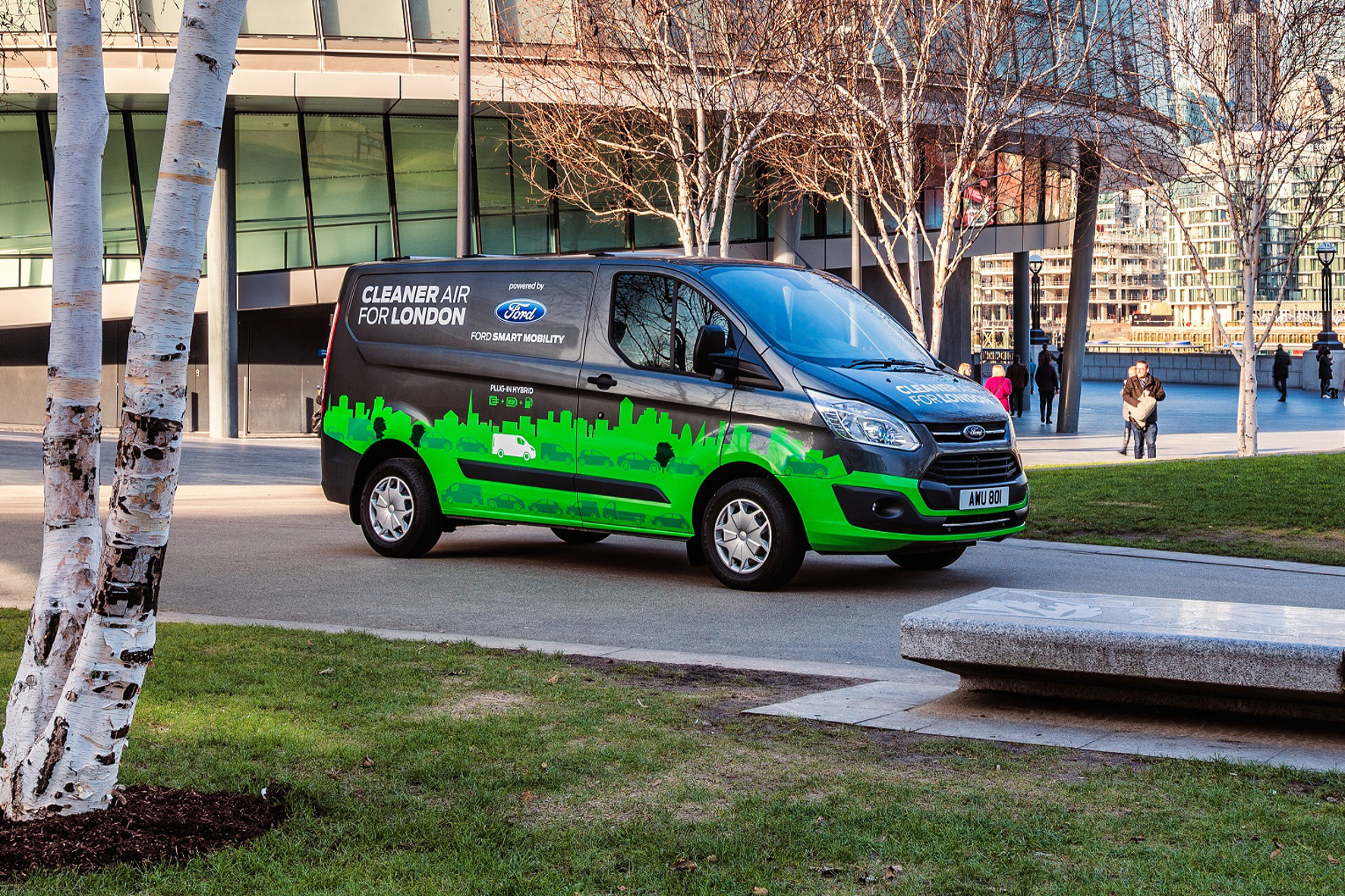 mid Groß-Gerau - Grüner Transporter: Mit 20 Transit Custom mit Hybrid-Antrieb unterstützt Ford ein Projekt zur Verbesserung der Luftqualität in London.