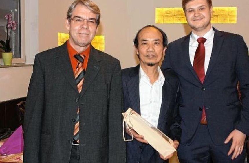 Investor Thomas Lurz (links) und Alexander Block von der Wirtschaftsförderung der Stadt (rechts) ...