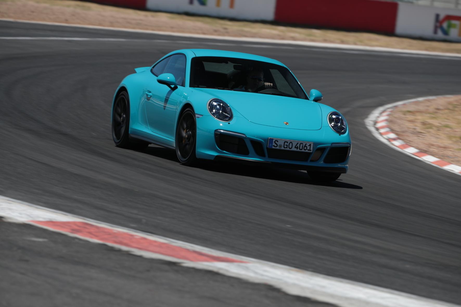 mid Kapstadt - Für einen Schuss mehr Renn-Feeling: Porsche bietet mit der neuen GTS-Variante des nun turboaufgeladenen 911 ein Zwischending aus beherrschbarem Sportwagen für den Alltag und einem Rennstrecken-Spezialisten vom Schlage eines GT3.
