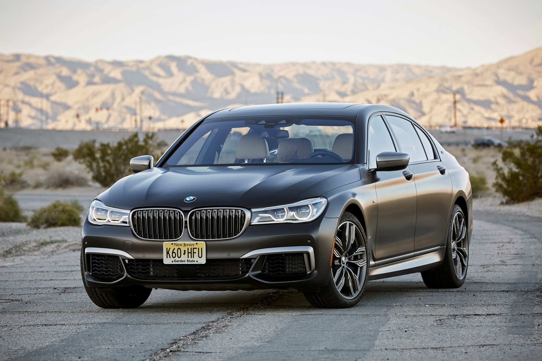 mid Palm Springs - Modellathlet im feinen Business-Dress: Der neue BMW M760Li zeigt, was in ihm steckt - aber nicht protzig, sondern mit einer ordentlichen Portion Understatement.