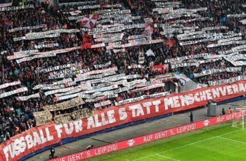 Vor dem Anpfiff demonstrierten die Leipziger Fans nach den Attacken in Dortmund gegen Gewalt - ihre ...