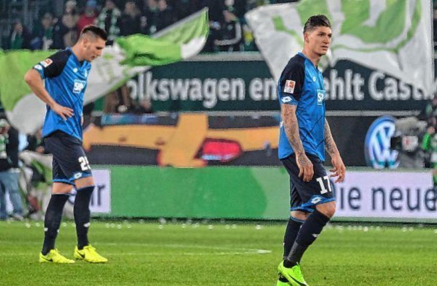 Konsterniert nach der Niederlage in Wolfsburg: Die Hoffenheimer Niklas Süle (links) und Steven ...