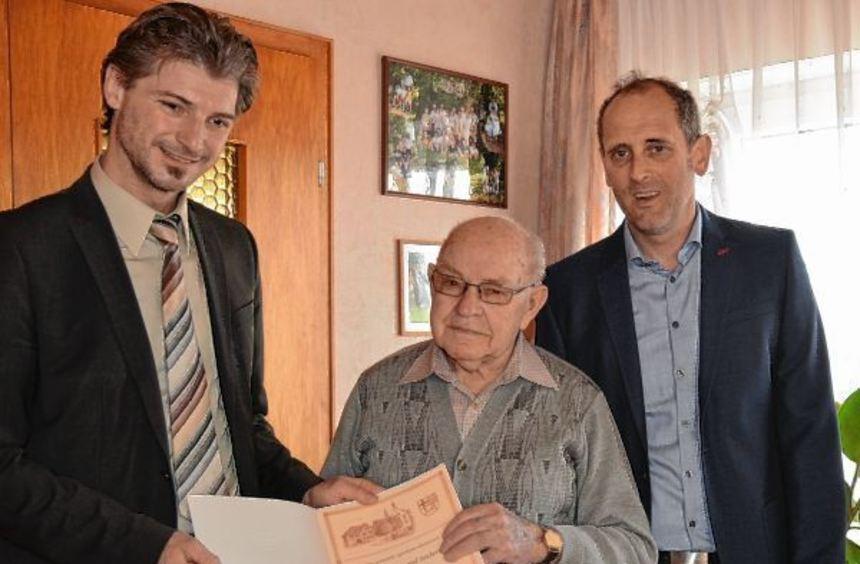 Sigmund Seubert feierte 90. Geburtstag. Bürgermeister Frank Menikheim (links) und Ortsvorsteher ...