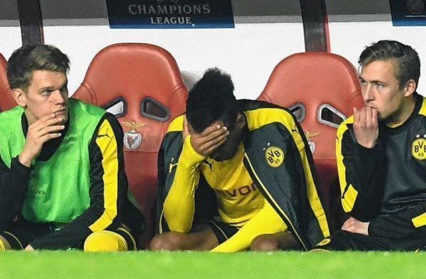 Tief enttäuscht: Der erfolglose Elfmeterschütze Pierre-Emerick Aubameyang nach seiner Auswechslung ...
