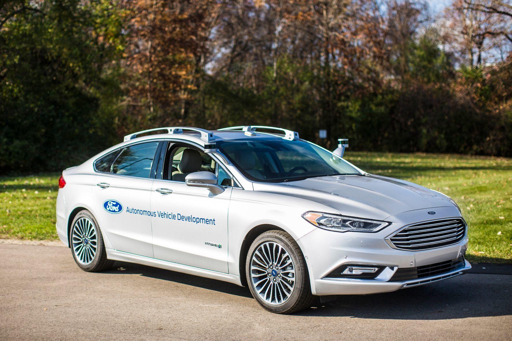 mid Groß-Gerau - Ford tüftelt am selbstfahrenden Auto und schickt dazu das erst kürzlich präsentierte Ford Fusion Hybrid Autonomous Development Vehicle auf Erprobungsfahrt.
