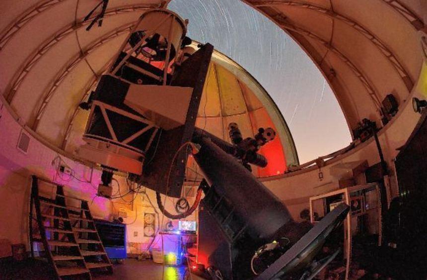 Die Erforschung des Weltalls mit Teleskopen von der Erde aus, wie hier in einem Observatorium in ...