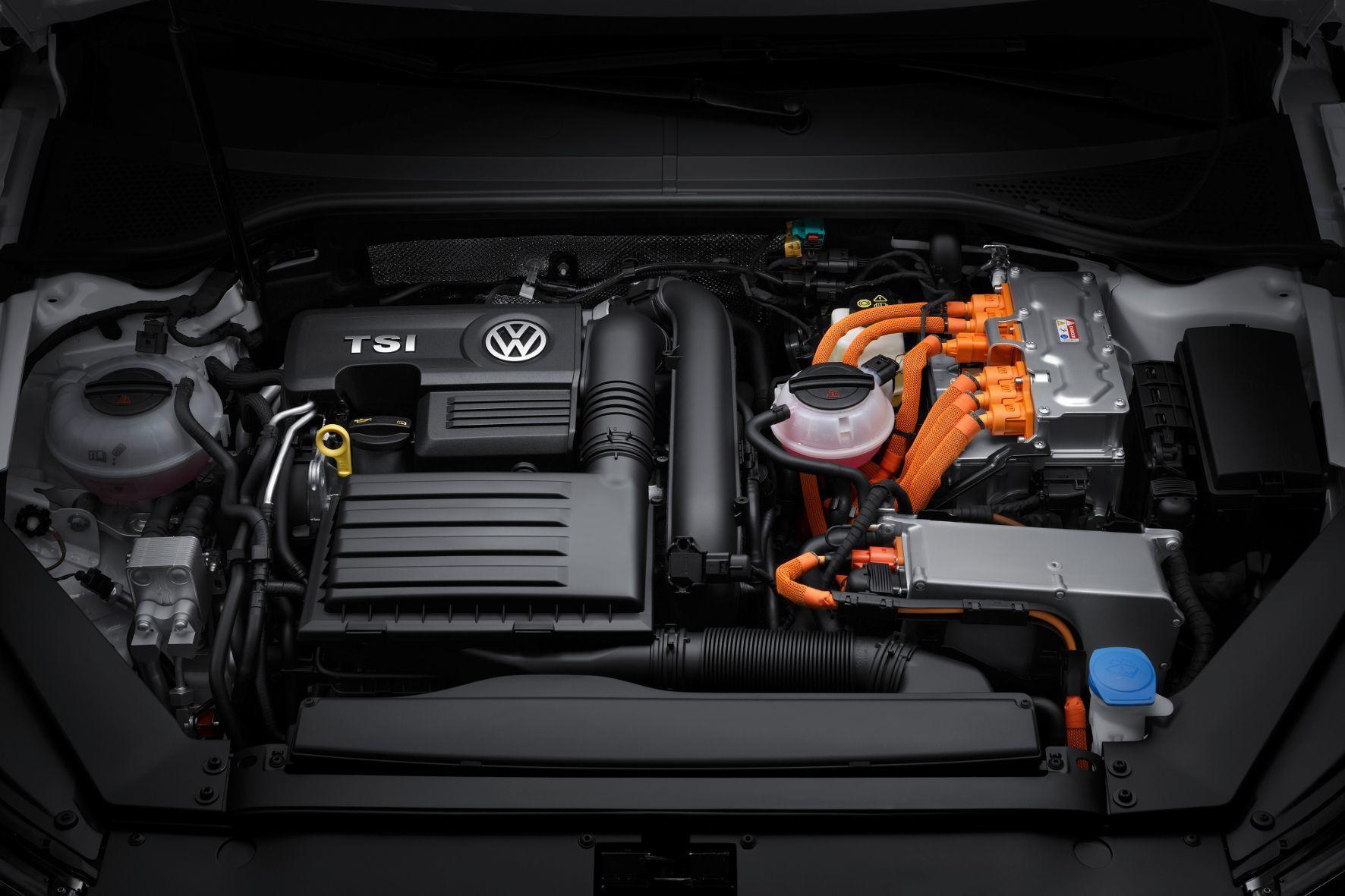 mid Groß-Gerau - Zukunftssichere Technik? Der Motorraum eines Passat GTE mit Benziner und Plug-in-Hybrid.