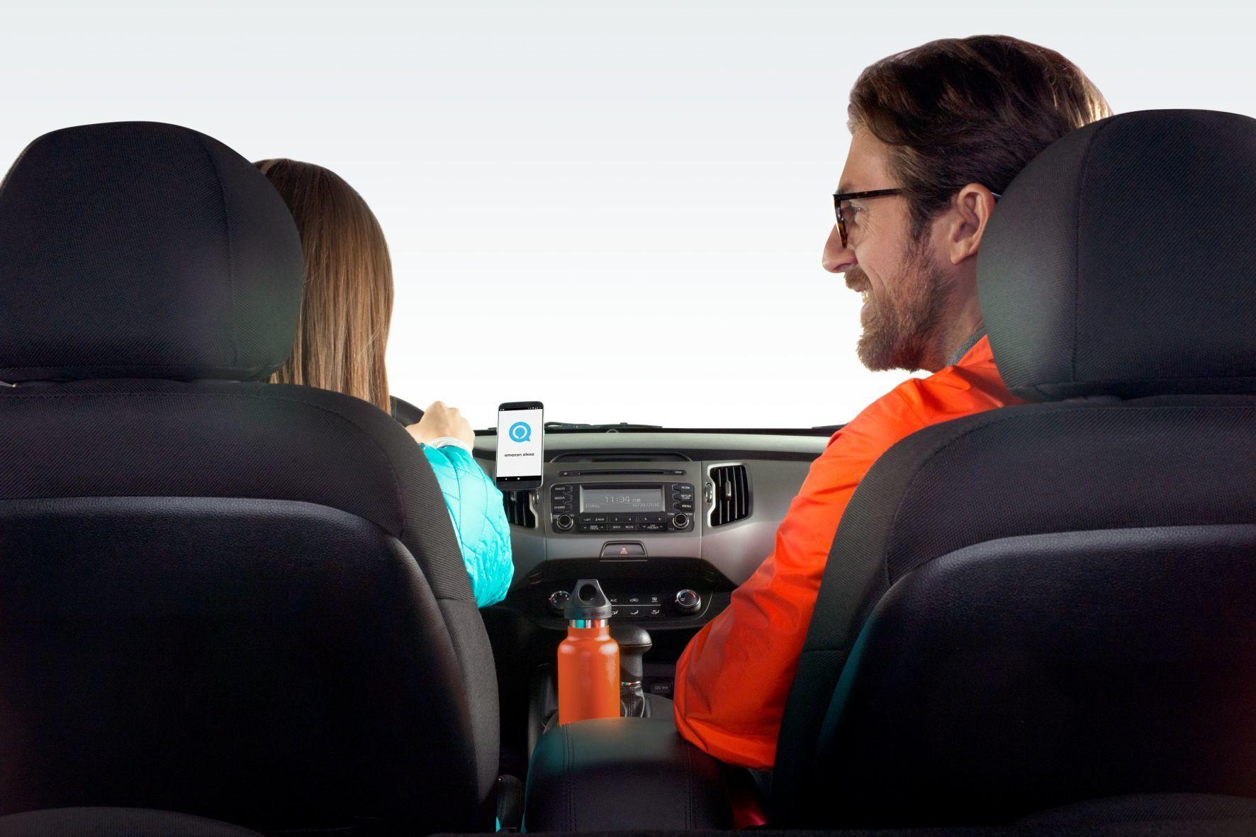 mid Groß-Gerau - Mit der intelligenten Smartphone-Halterung von Logitech eliminiert der Fahrer eine Ablenkungsquelle, denn durch Amazons Alexa hört das Gerät auf Sprachbefehle.