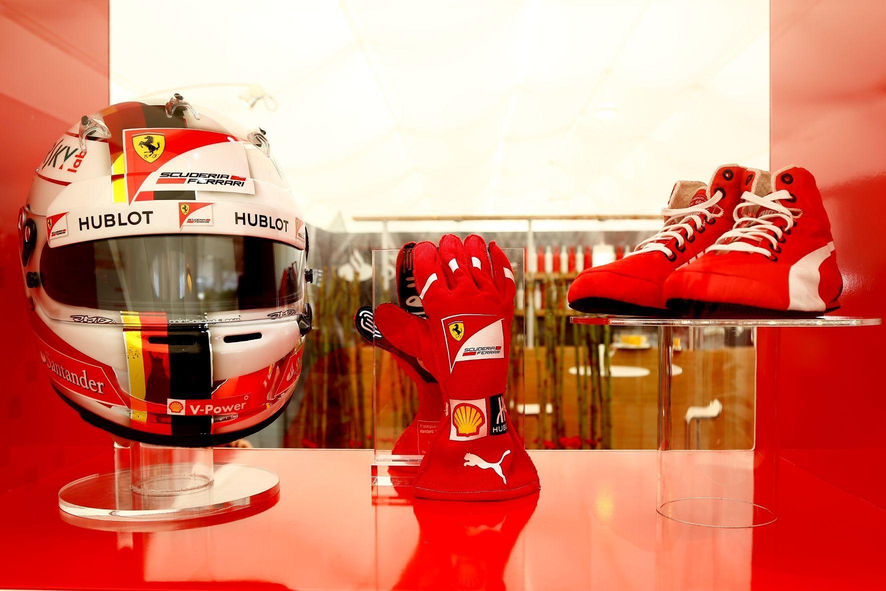 mid Groß-Gerau - Für einen guten Zweck versteigert: Helm, Handschuhe und Schuhe sowie der Rennanzug von Formel-1-Pilot Sebatian Vettel.