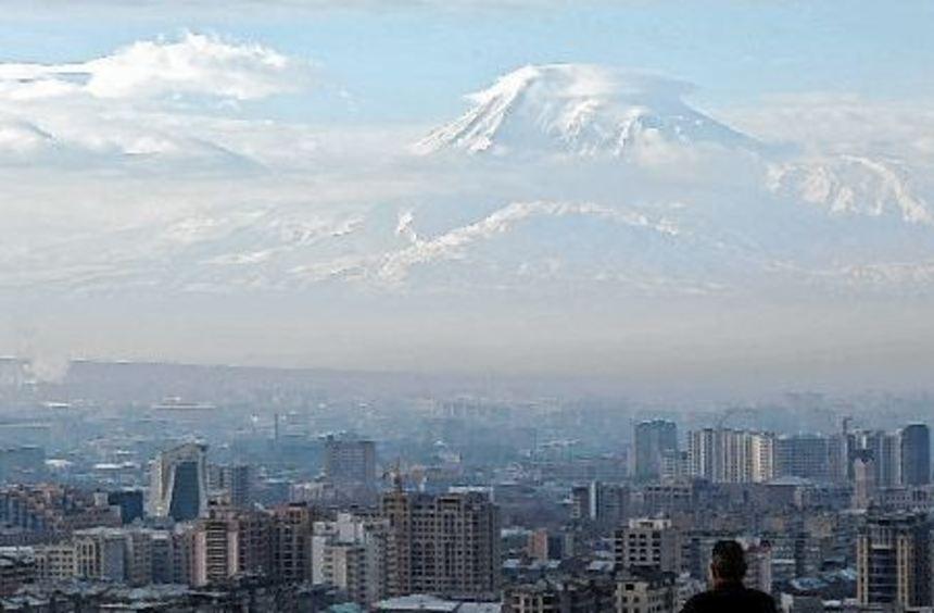Die armenische Hauptstadt Jerewan mit dem über 5000 Meter hohen Berg Ararat - Nationalsymbol der ...