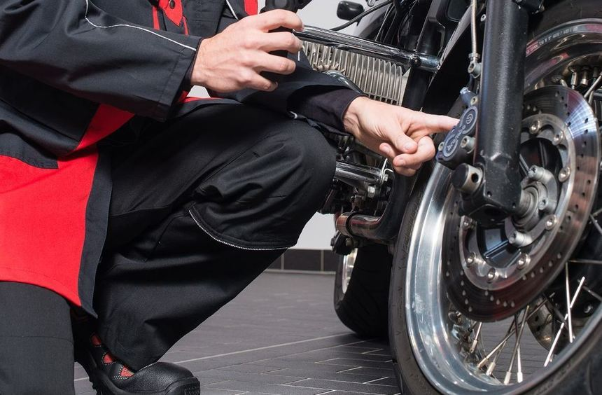 mid Groß-Gerau - Sicher ist sicher: Der Zustand der Speichen sollte bei Motorrädern im Frühjahr ...