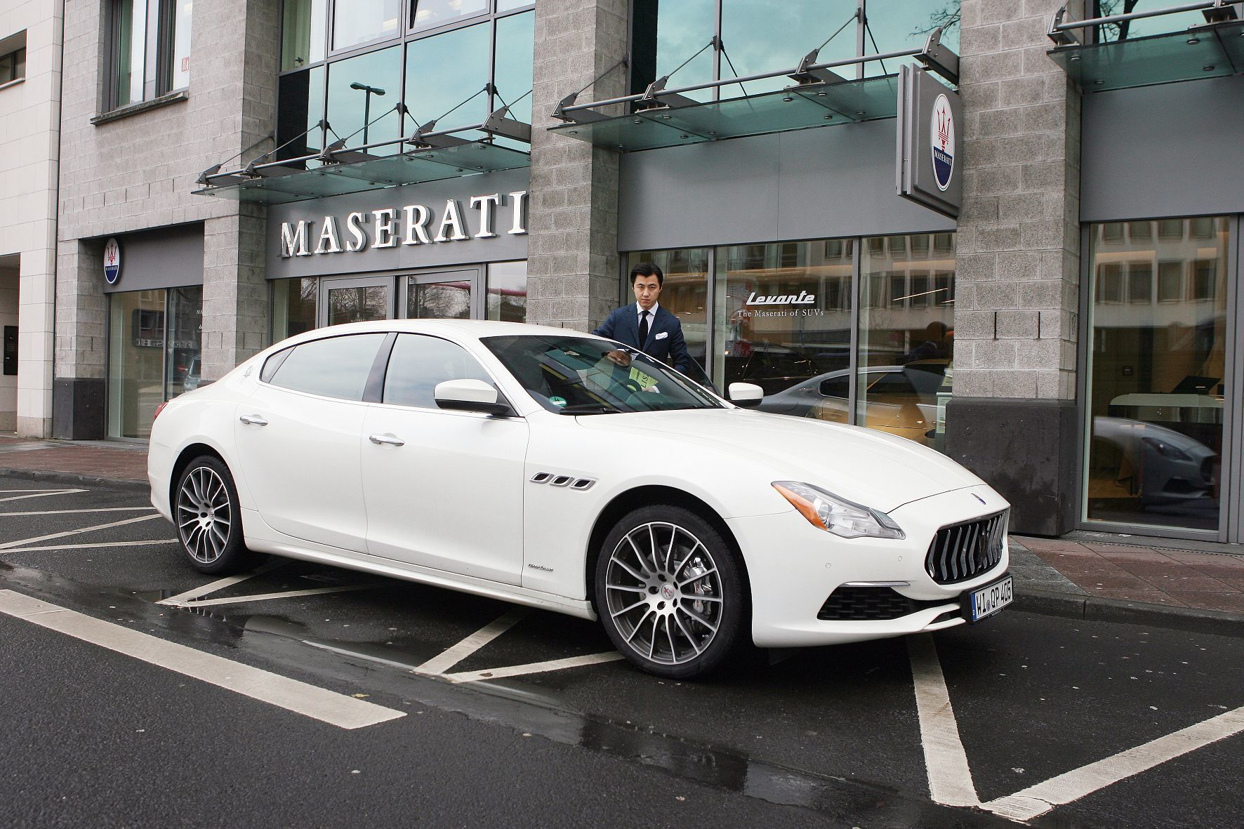 mid Frankfurt am Main - Liebe auf den ersten Blick: Pianist Haiou Zhang und der Maserati Quattroporte.