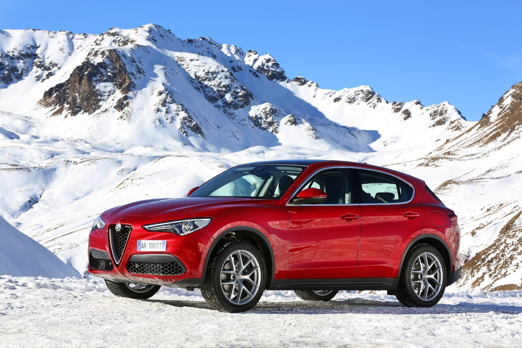 mid St. Moritz - Mit dem Stelvio will Alfa Romeo hoch hinaus. Mit betörendem Äußeren, hoher Fahrdynamik und luxuriösem Innenraum stehen die Chancen dafür gut.