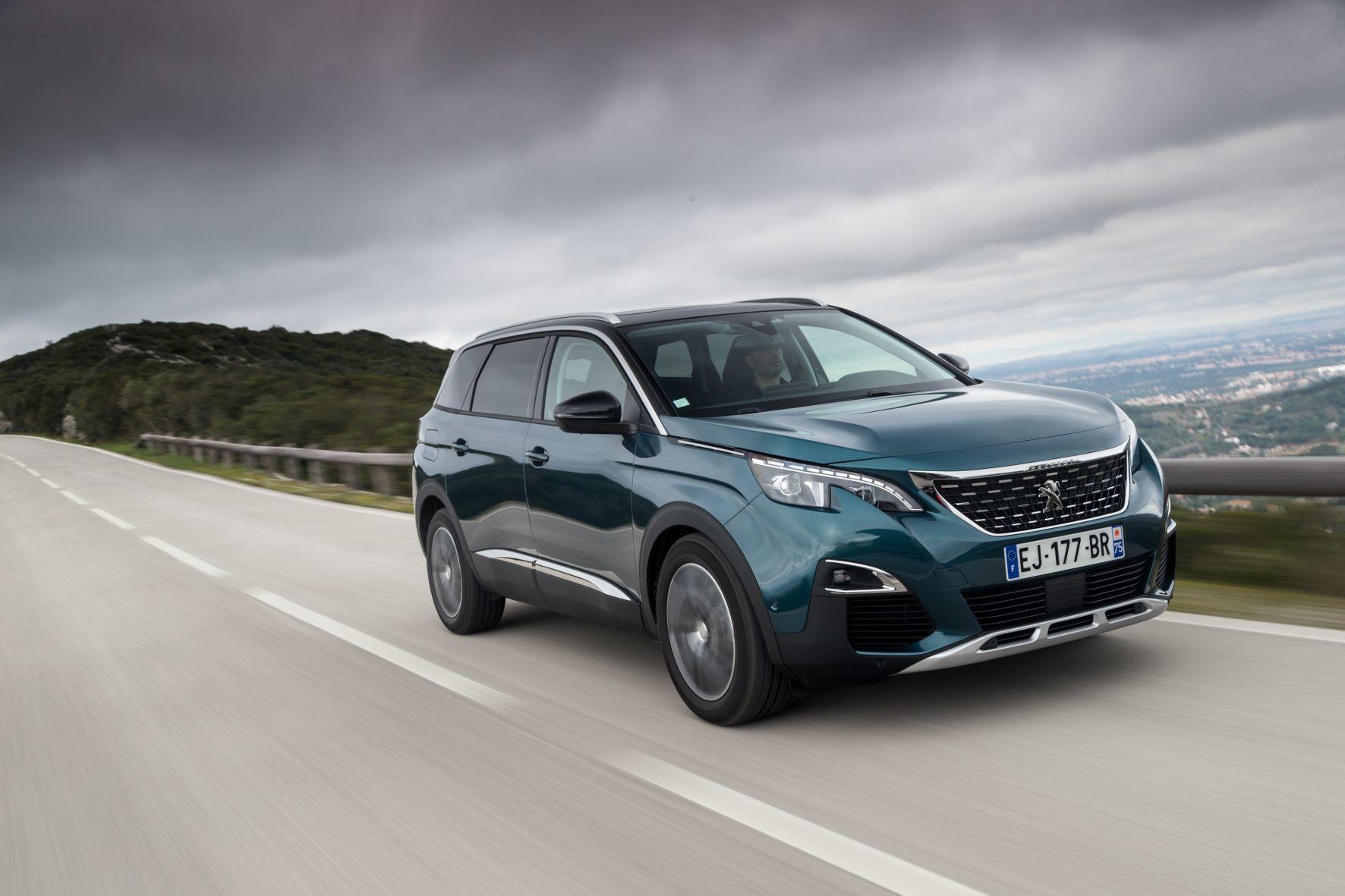mid Lissabon - Auf der Überholspur: Mit dem neuen 5008 will Peugeot die Maßstäbe bei den bis zu siebensitzigen Familien-SUV neu definieren.