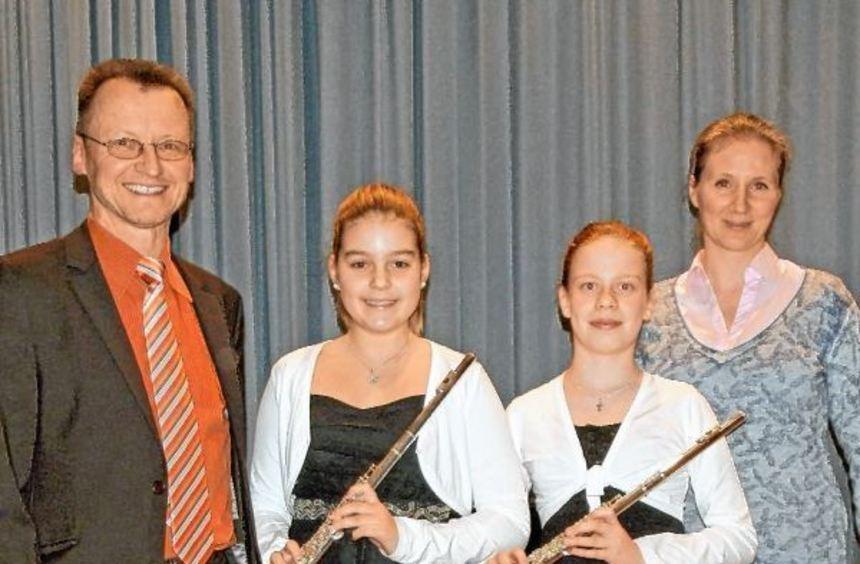Unser zeigt (von links) Edgar Tempel (Schulleiter), die erfolgreichen Antonia Koke und Vanessa ...