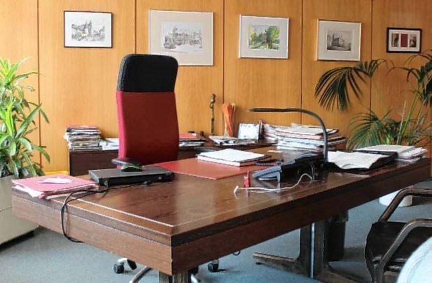Auch der Schreibtisch, an dem er saß, steht heute noch im Büro des Bürgermeisters.