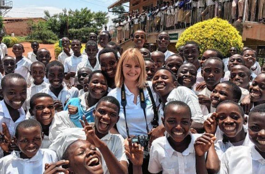 Die Impfingerin Silanca Weihmann, umgeben von fröhlichen, dankbaren Schulkindern.