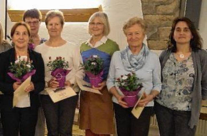 Ehrungen gab es bei der Mitgliederversammlung der Weikersheimer Landfrauen. Im Bild von links Erste ...