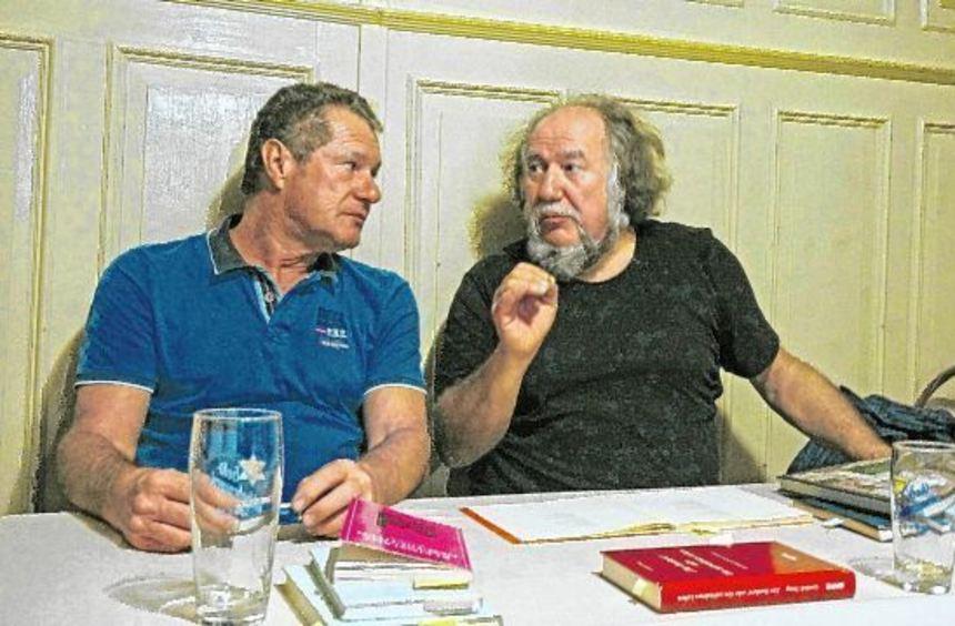 Zwei, die die Liebe zur hohenlohisch-fränkischen Literatur verbindet: Gunter Haug (links) und ...