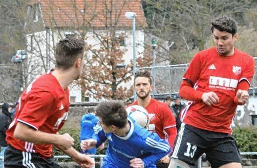 In der Fußall-Kreisliga Buchen kam der SV Osterburken (in Blau) nicht über ein 1:1 gegen den FC ...