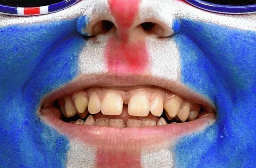 Lachende Fußballfans mit geschminkten Gesichtern aus (von oben) Norwegen, Dänemark und Island. Hier ...