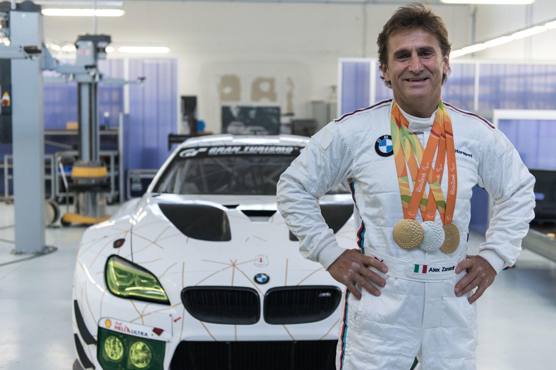 mid Groß-Gerau - Stolz zeigt BMW-Markenbotschafter Alex Zanardi einige seiner Medaillen, die er bei den Paralympics gewonnen hat.