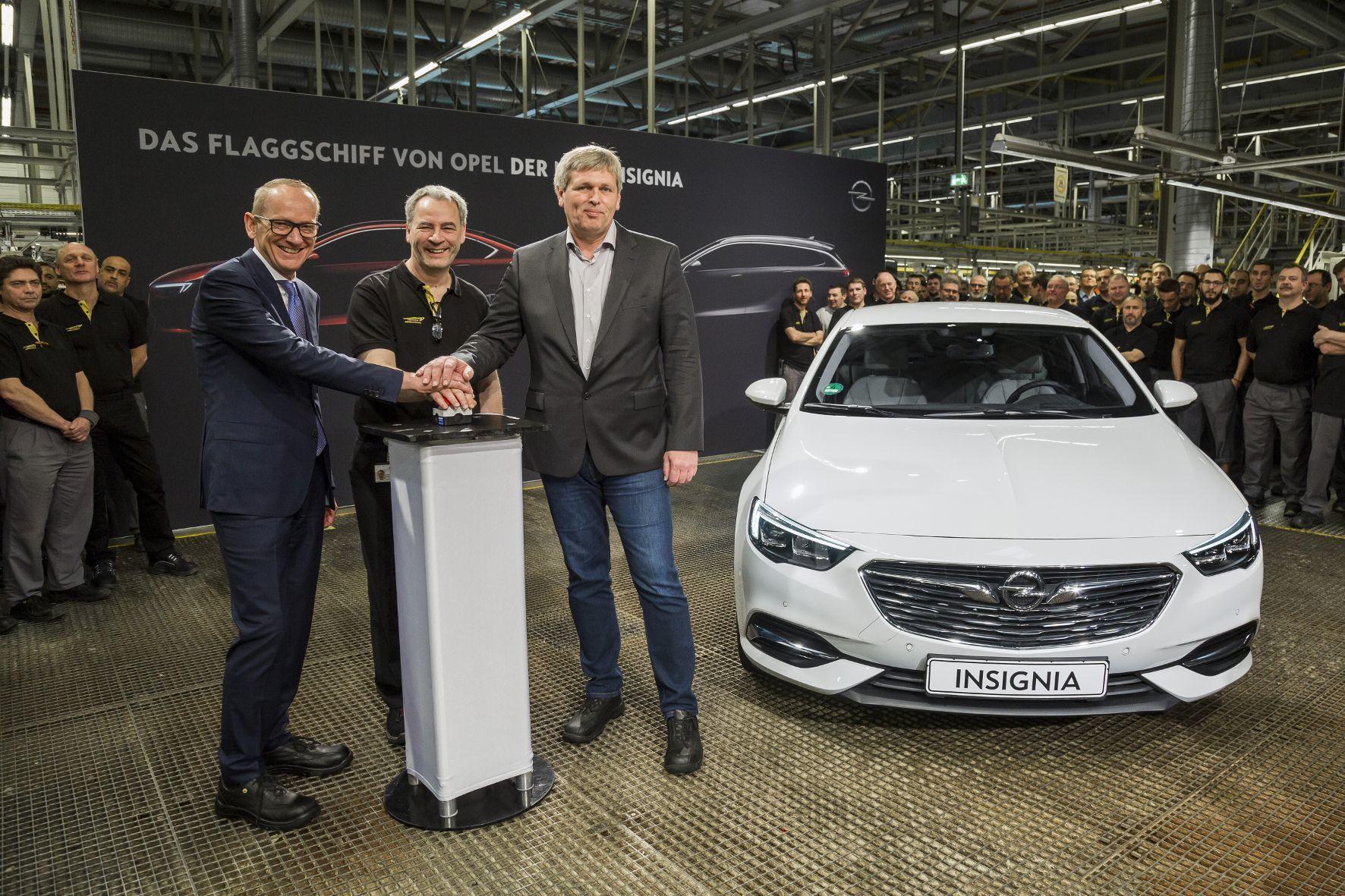 mid Groß-Gerau - Drei Hände für ein Halleluja: Auch Opel-Chef Dr. Karl-Thomas Neumann (links) drückt beim Startschuss für den neuen Insignia im Stammwerk in Rüsselsheim den Buzzer.