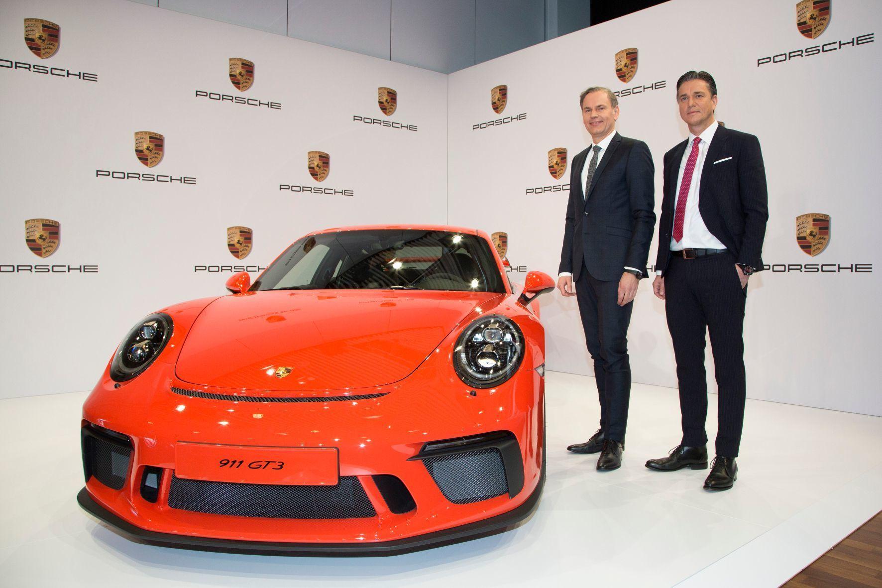mid Groß-Gerau - Oliver Blume, Vorstandsvorsitzender von Porsche (links), und Lutz Meschke, Vorstand Finanzen, belohnen die Mitarbeiter nach dem Rekordjahr 2016 mit einer Sonderprämie.