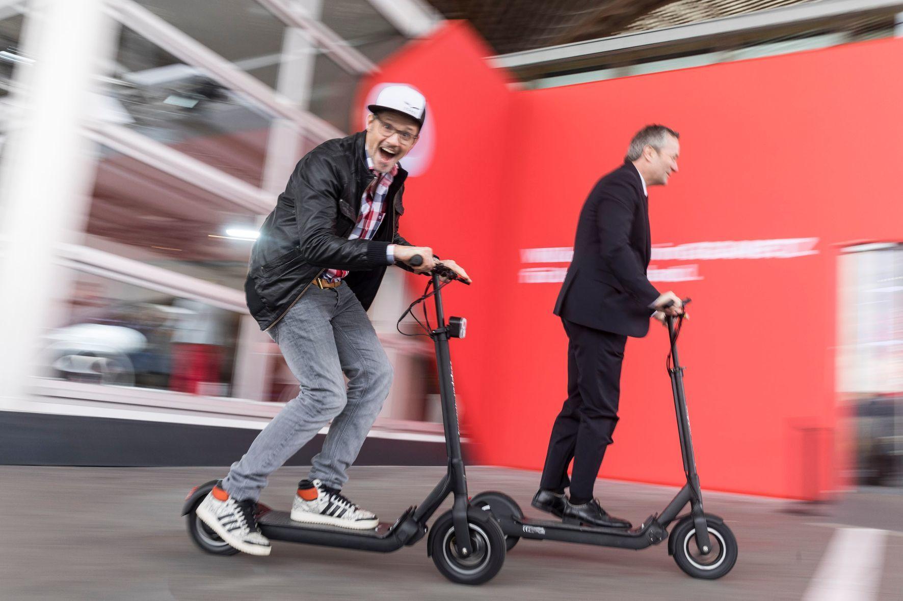 mid Groß-Gerau - Vodafone macht mobil: Der Telekommunikations-Gigant will das Rollersharing am Markt etablieren.