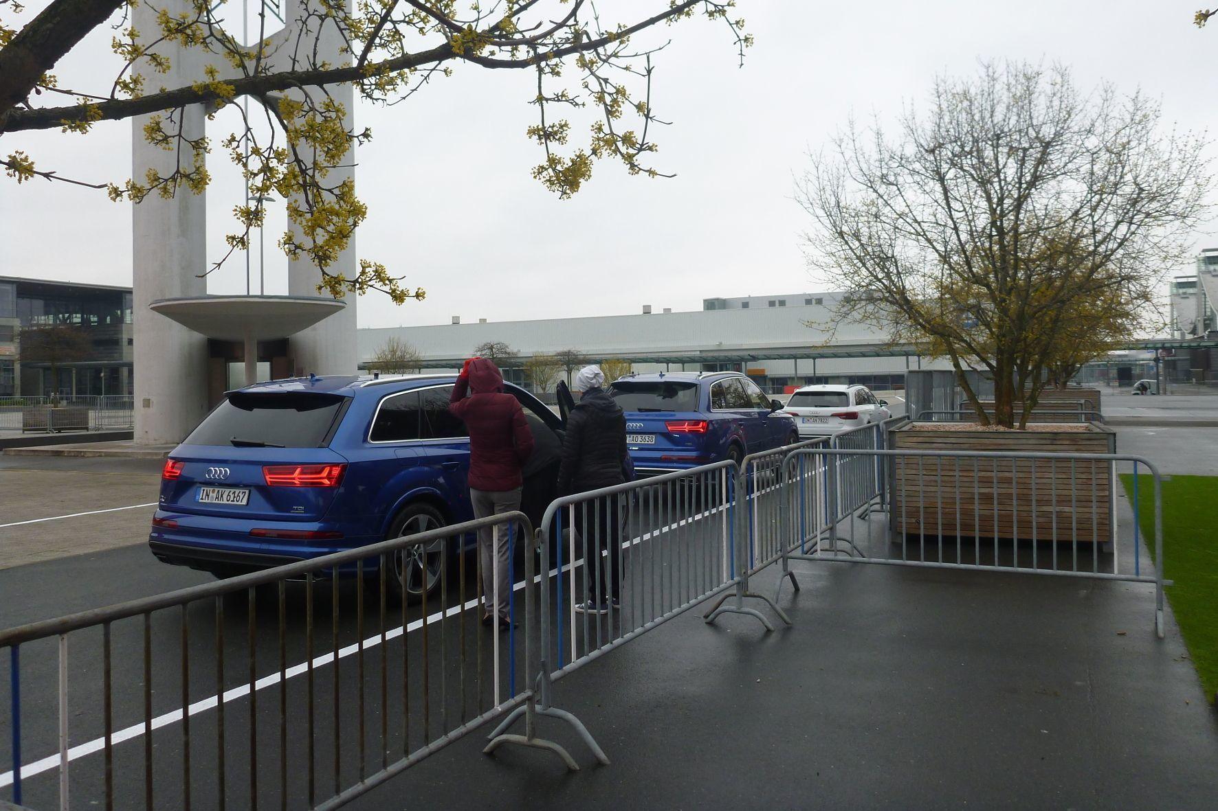 """mid Groß-Gerau - Auf der CeBIT 2017 in Hannover fahren Demonstrationsfahrzeuge von Audi. Das Besondere: Per """"LTE-V2X"""" sehen die Fahrer im hinteren Auto, was der erste in der Fahrzeugkolonne vor sich hat."""