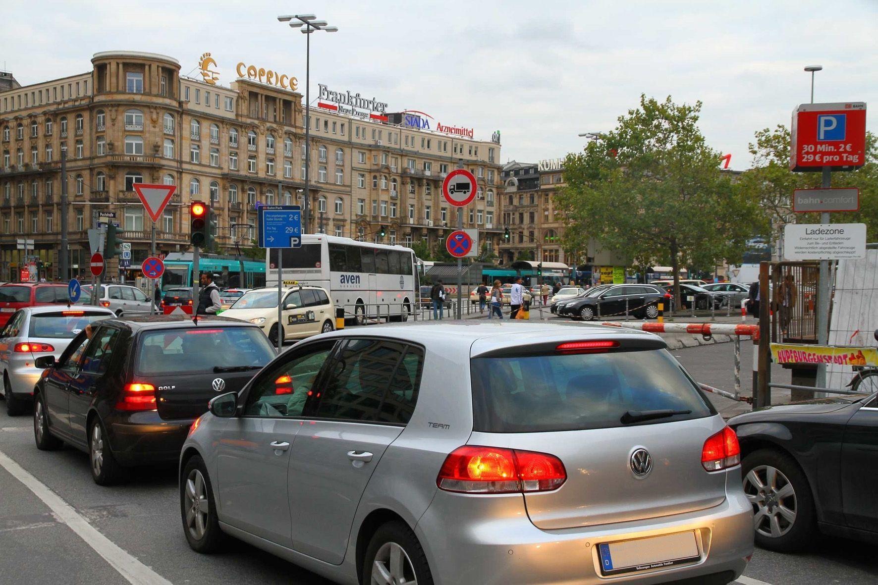 mid Groß-Gerau - Selbst in Großstädten gibt es nach Ansicht von Greenpeace zu wenige Alternativen zum eigenen Auto.