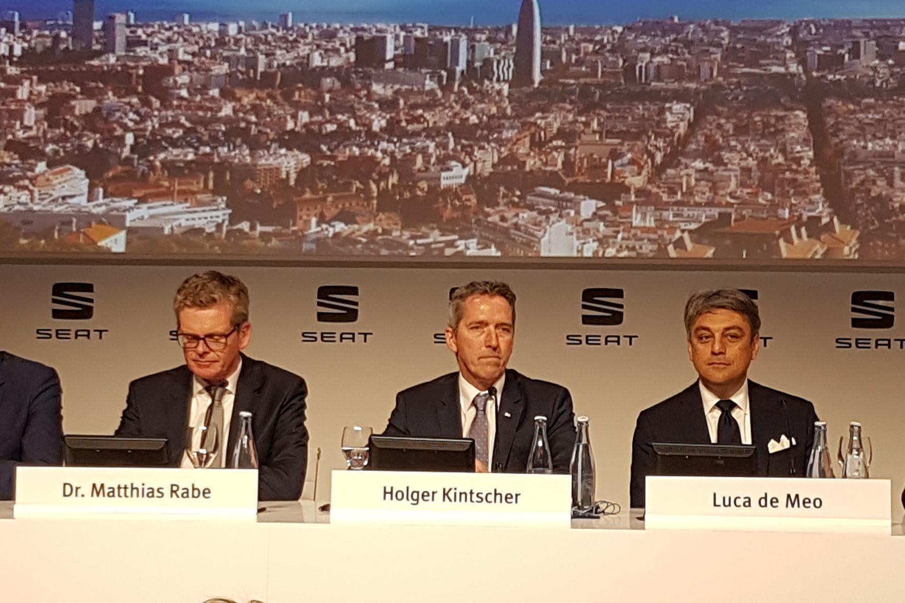 mid Barcelona - Die Seat-Vorstände haben allen Grund zur Freude: Finanzvorstand Holger Kintscher kann nach langer Zeit wieder Gewinn melden. Auch Vorstandschef Luca de Meo und Entwicklungs-Vorstand Matthias Rabe blicken zuversichtlich in die Zukunft.